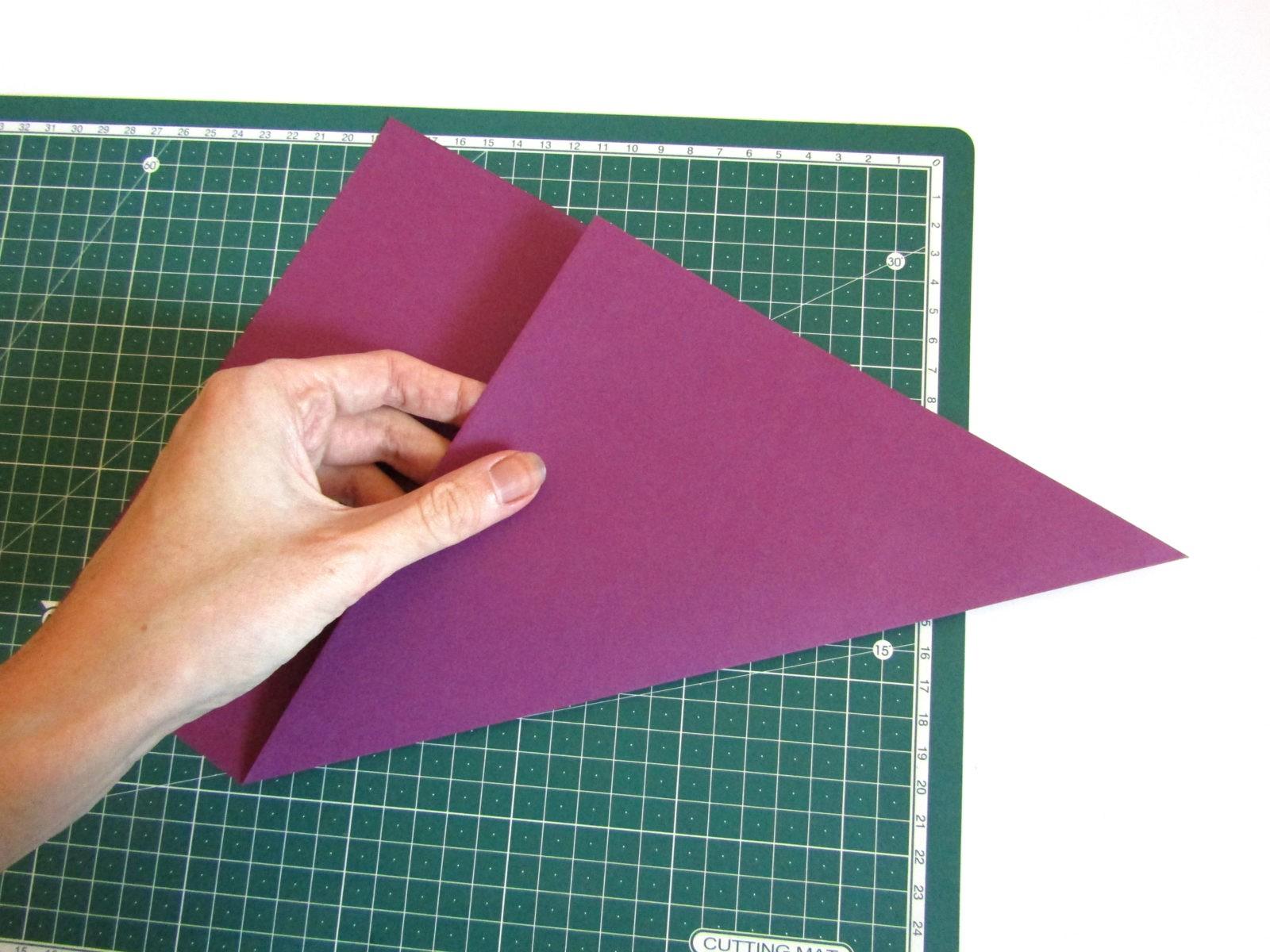 Очень легко и просто можно создать объемную поделку без использования клея. Конечно, даже ножницы могут и не понадобиться, если изначально у вас будет готовая заготовка в виде квадрата. Так получим собачку оригами благодаря ловкости рук! - 1