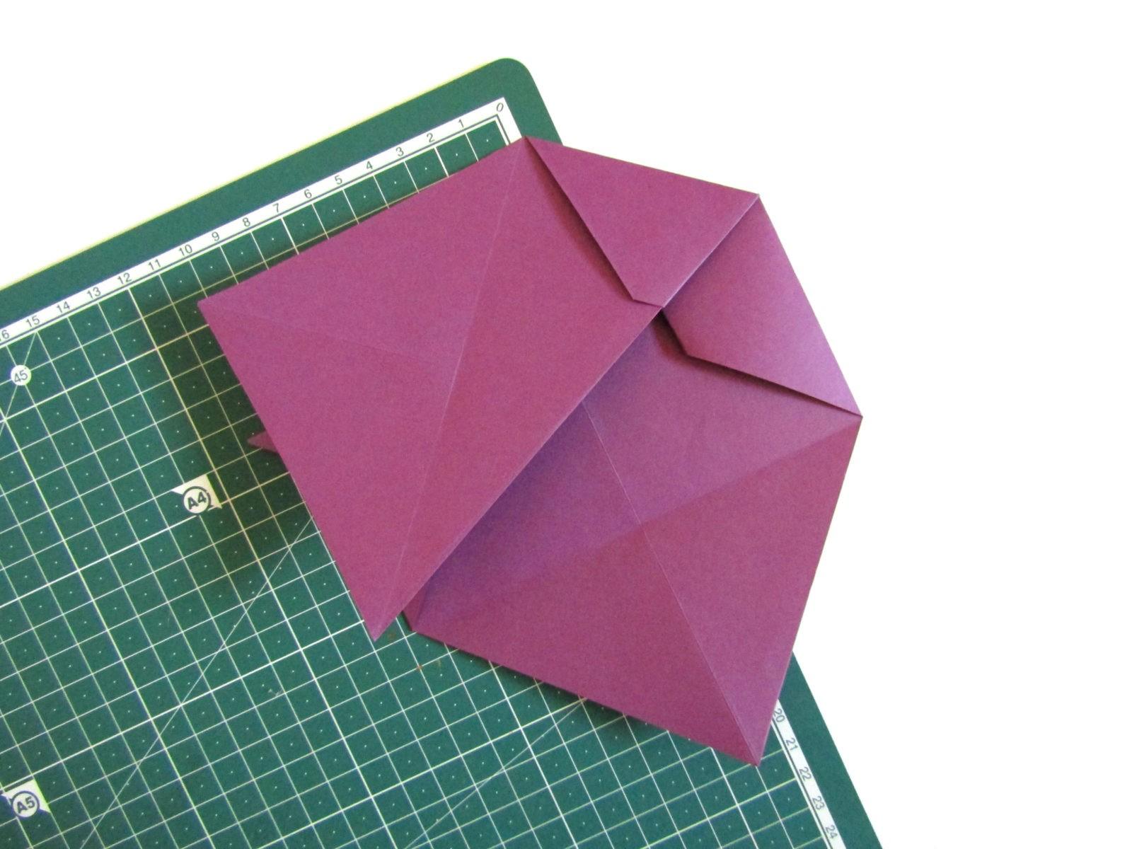 Очень легко и просто можно создать объемную поделку без использования клея. Конечно, даже ножницы могут и не понадобиться, если изначально у вас будет готовая заготовка в виде квадрата. Так получим собачку оригами благодаря ловкости рук! - 10