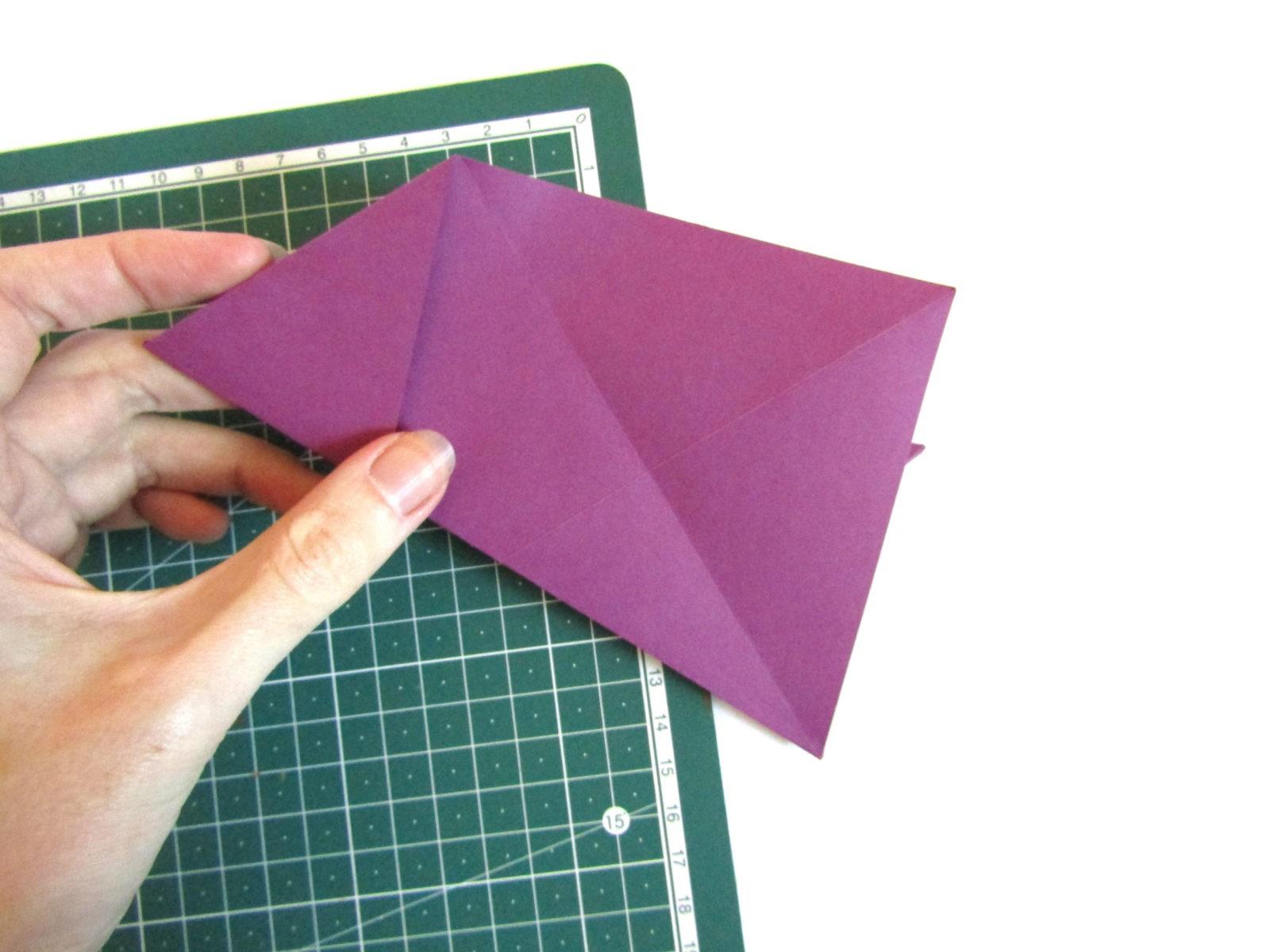 Очень легко и просто можно создать объемную поделку без использования клея. Конечно, даже ножницы могут и не понадобиться, если изначально у вас будет готовая заготовка в виде квадрата. Так получим собачку оригами благодаря ловкости рук! - 11