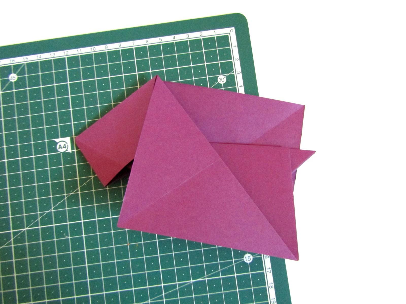 Очень легко и просто можно создать объемную поделку без использования клея. Конечно, даже ножницы могут и не понадобиться, если изначально у вас будет готовая заготовка в виде квадрата. Так получим собачку оригами благодаря ловкости рук! - 12