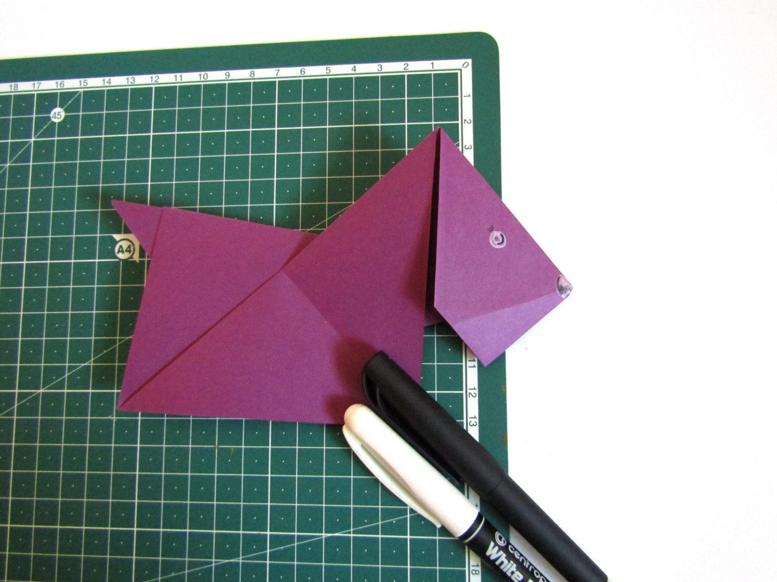 Очень легко и просто можно создать объемную поделку без использования клея. Конечно, даже ножницы могут и не понадобиться, если изначально у вас будет готовая заготовка в виде квадрата. Так получим собачку оригами благодаря ловкости рук! - 13