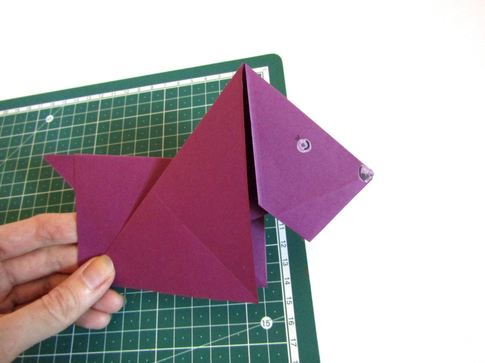 Очень легко и просто можно создать объемную поделку без использования клея. Конечно, даже ножницы могут и не понадобиться, если изначально у вас будет готовая заготовка в виде квадрата. Так получим собачку оригами благодаря ловкости рук! - 14