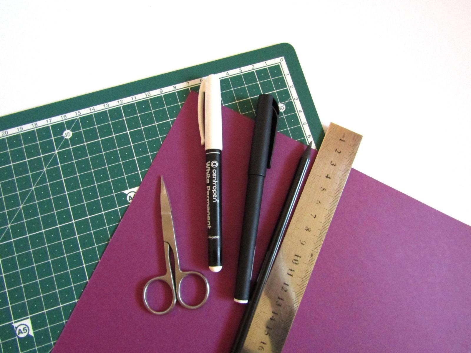 Очень легко и просто можно создать объемную поделку без использования клея. Конечно, даже ножницы могут и не понадобиться, если изначально у вас будет готовая заготовка в виде квадрата. Так получим собачку оригами благодаря ловкости рук! - 0