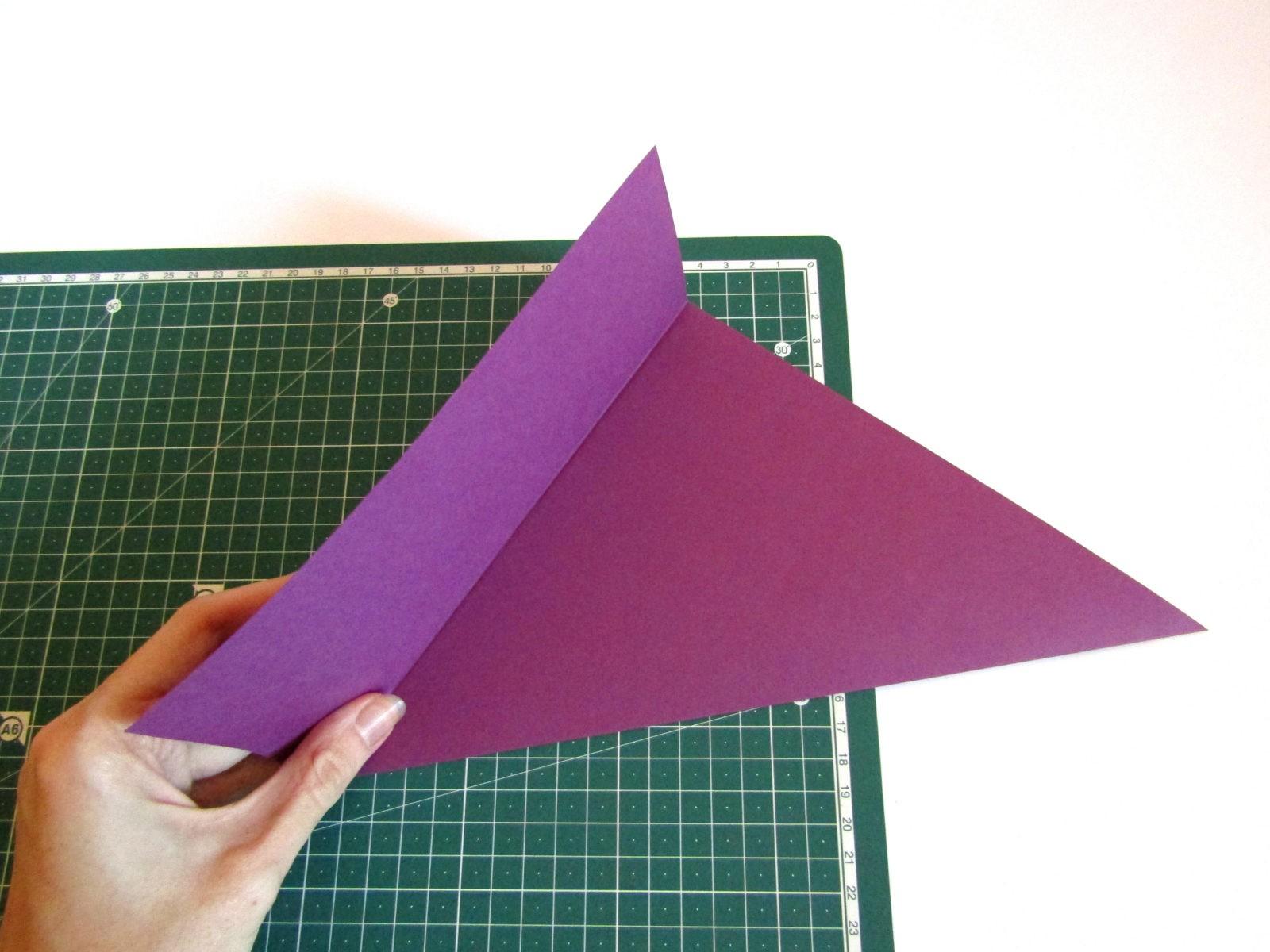 Очень легко и просто можно создать объемную поделку без использования клея. Конечно, даже ножницы могут и не понадобиться, если изначально у вас будет готовая заготовка в виде квадрата. Так получим собачку оригами благодаря ловкости рук! - 2