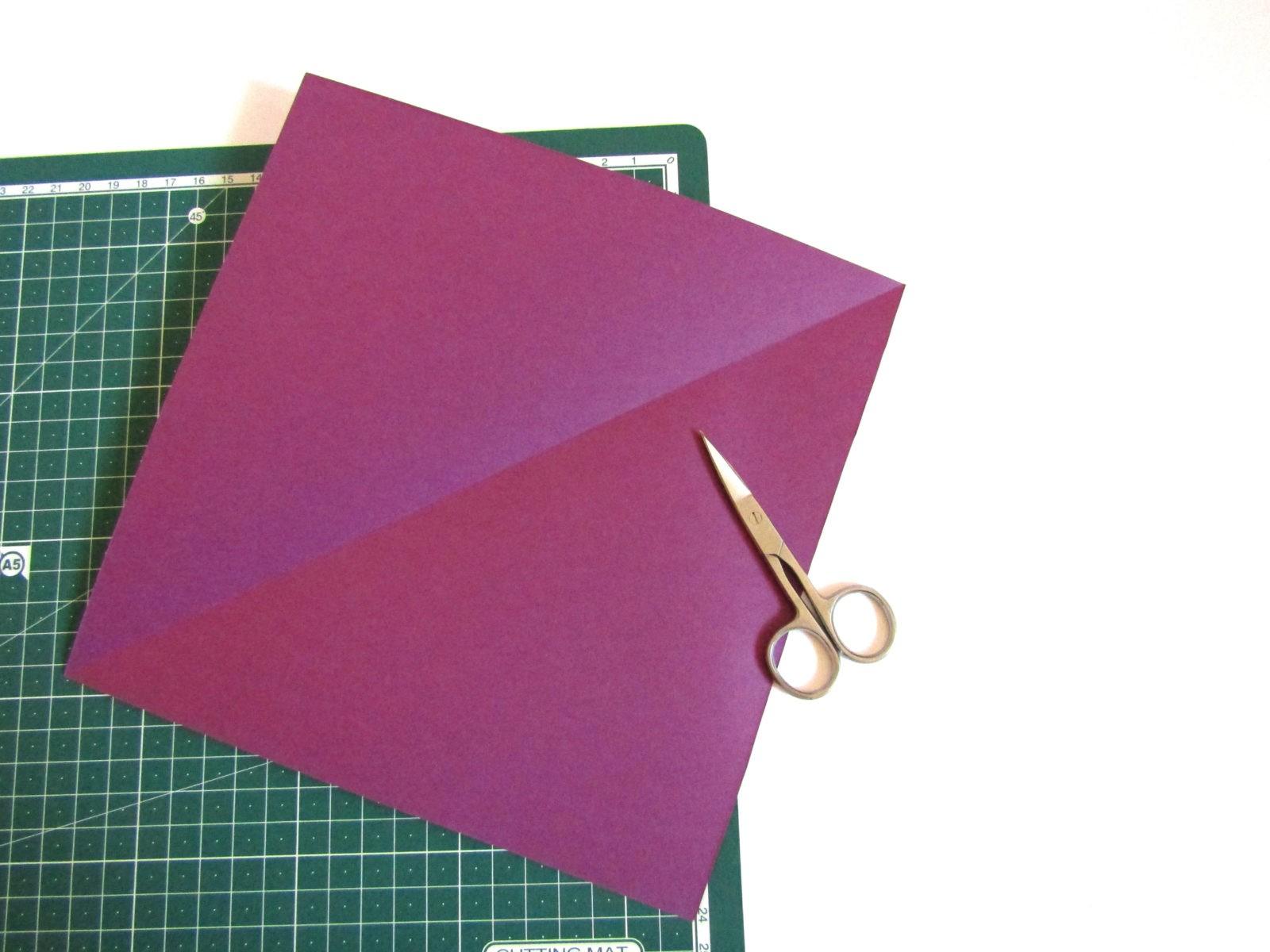 Очень легко и просто можно создать объемную поделку без использования клея. Конечно, даже ножницы могут и не понадобиться, если изначально у вас будет готовая заготовка в виде квадрата. Так получим собачку оригами благодаря ловкости рук! - 3