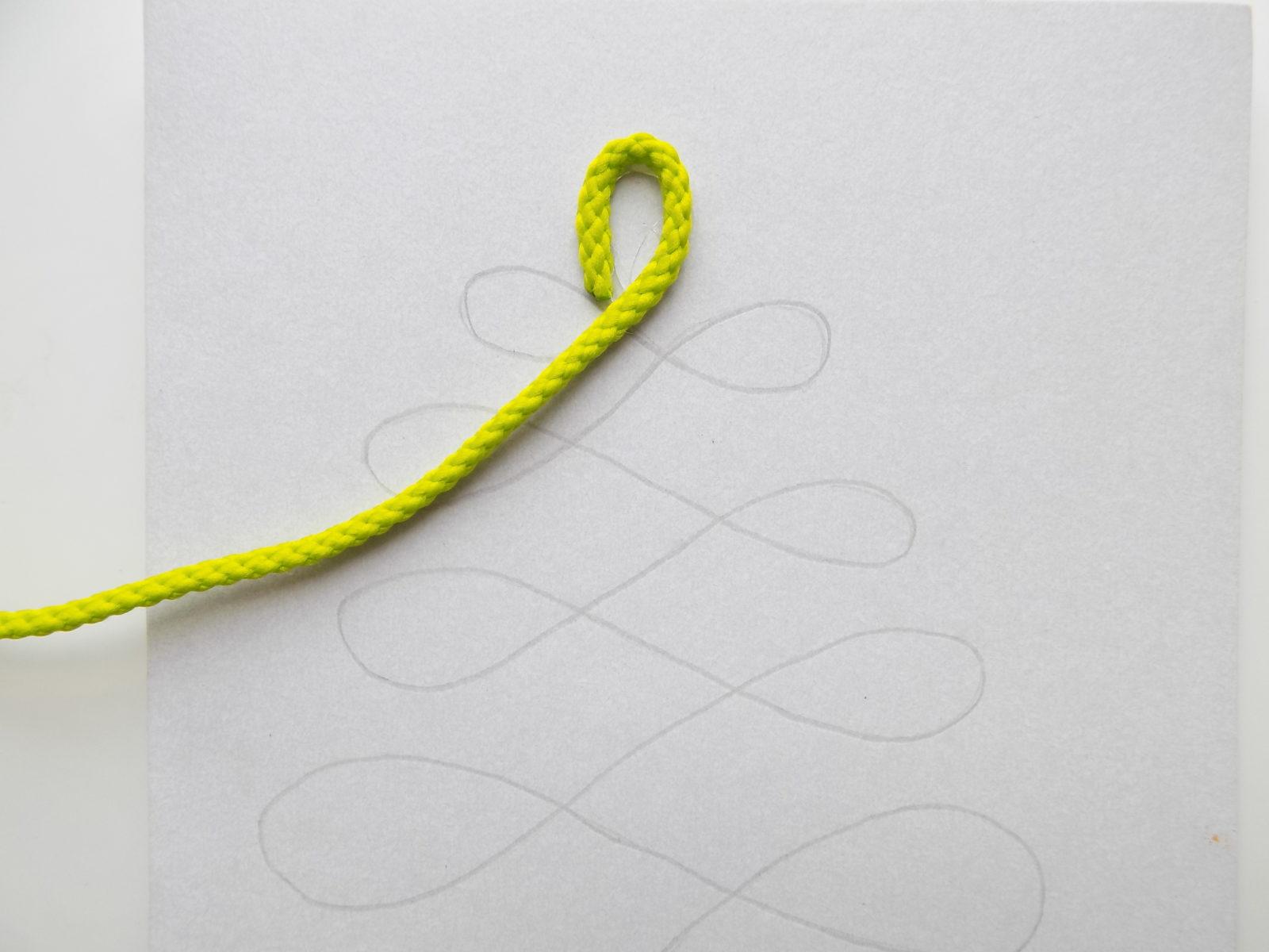Новогодняя открытка с елочкой из шнура - 4