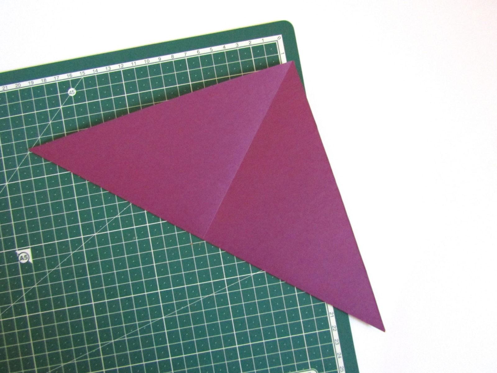 Очень легко и просто можно создать объемную поделку без использования клея. Конечно, даже ножницы могут и не понадобиться, если изначально у вас будет готовая заготовка в виде квадрата. Так получим собачку оригами благодаря ловкости рук! - 4