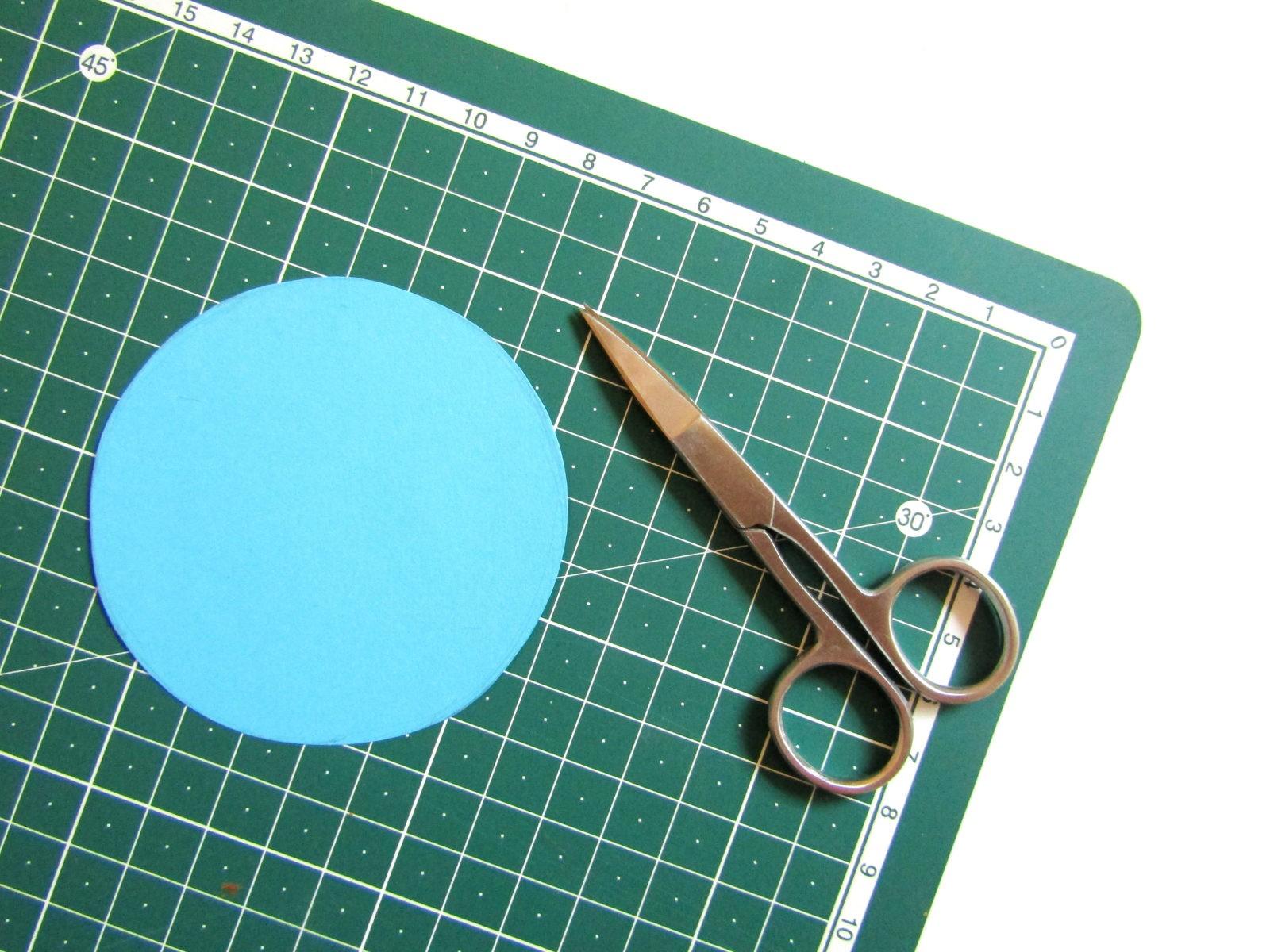 Аппликация машинки из бумажных кружков-4