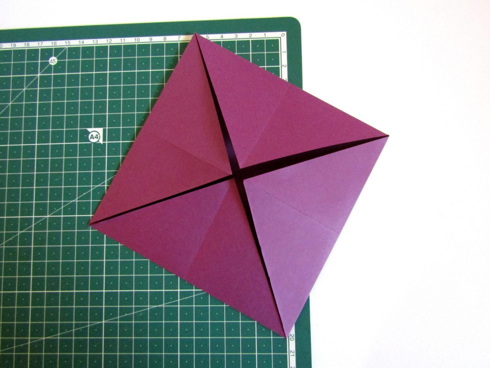 Очень легко и просто можно создать объемную поделку без использования клея. Конечно, даже ножницы могут и не понадобиться, если изначально у вас будет готовая заготовка в виде квадрата. Так получим собачку оригами благодаря ловкости рук! - 5