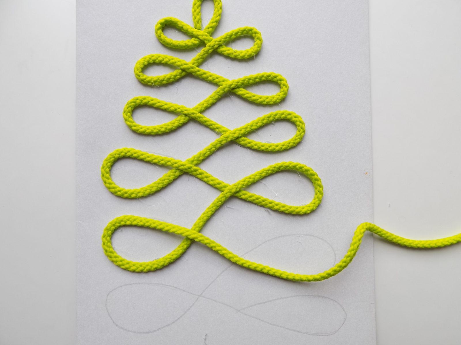 Новогодняя открытка с елочкой из шнура - 6