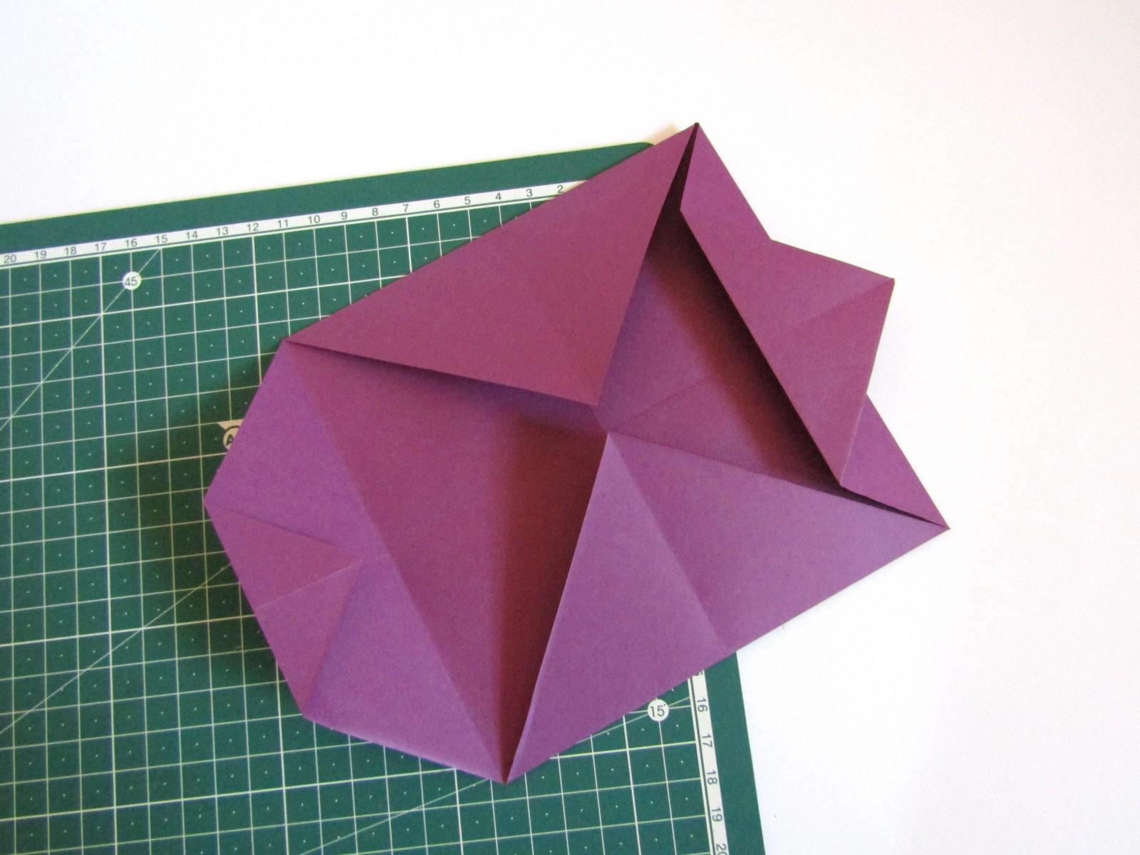 Очень легко и просто можно создать объемную поделку без использования клея. Конечно, даже ножницы могут и не понадобиться, если изначально у вас будет готовая заготовка в виде квадрата. Так получим собачку оригами благодаря ловкости рук! - 6