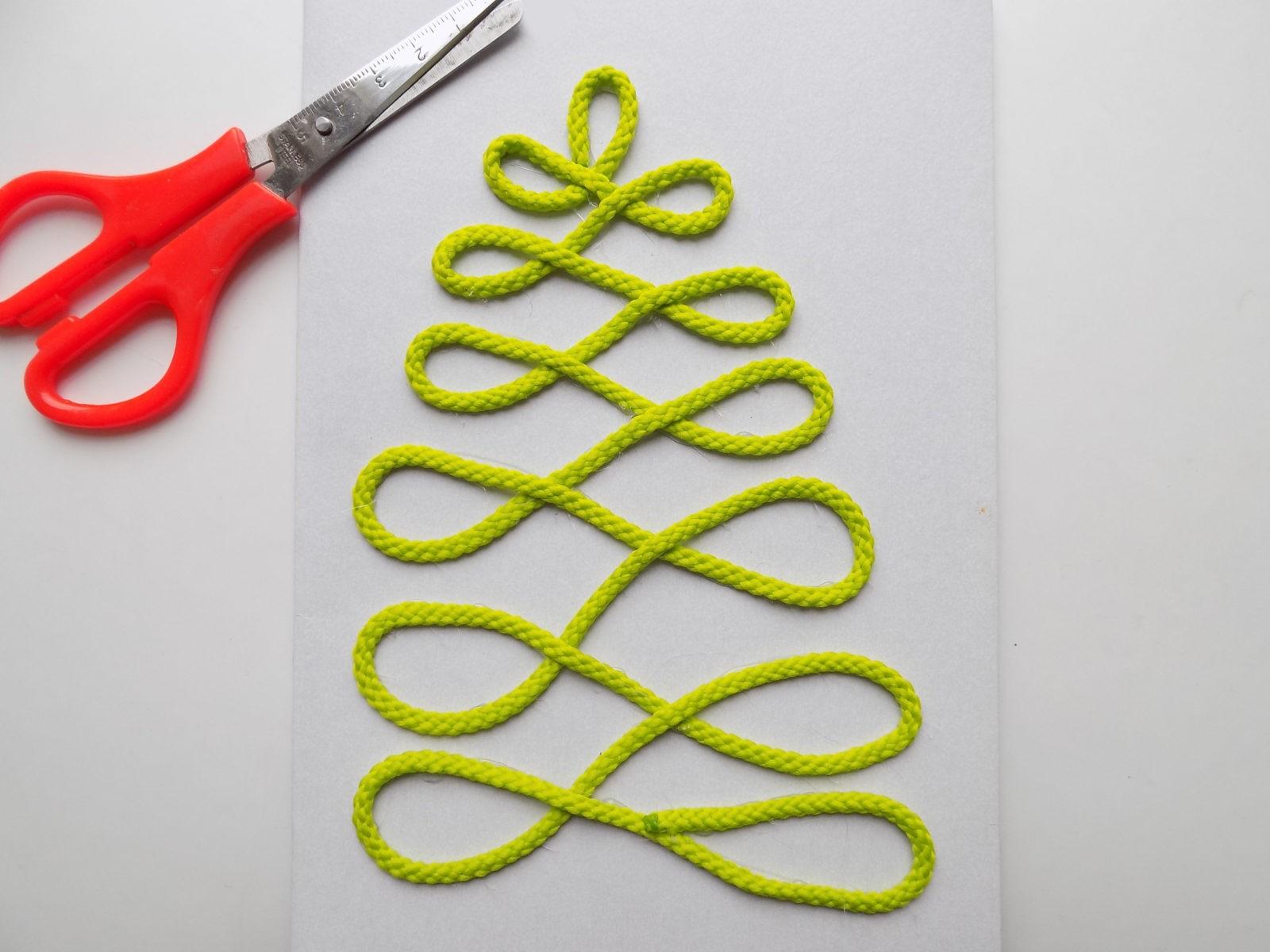 Новогодняя открытка с елочкой из шнура - 7