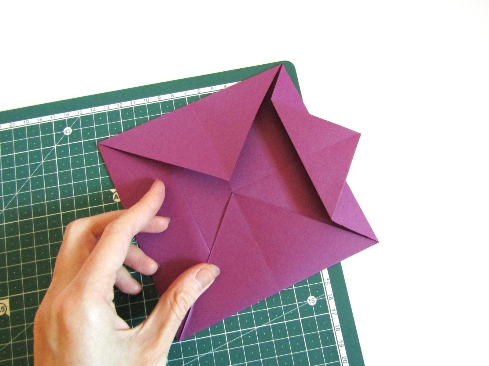 Очень легко и просто можно создать объемную поделку без использования клея. Конечно, даже ножницы могут и не понадобиться, если изначально у вас будет готовая заготовка в виде квадрата. Так получим собачку оригами благодаря ловкости рук! - 7