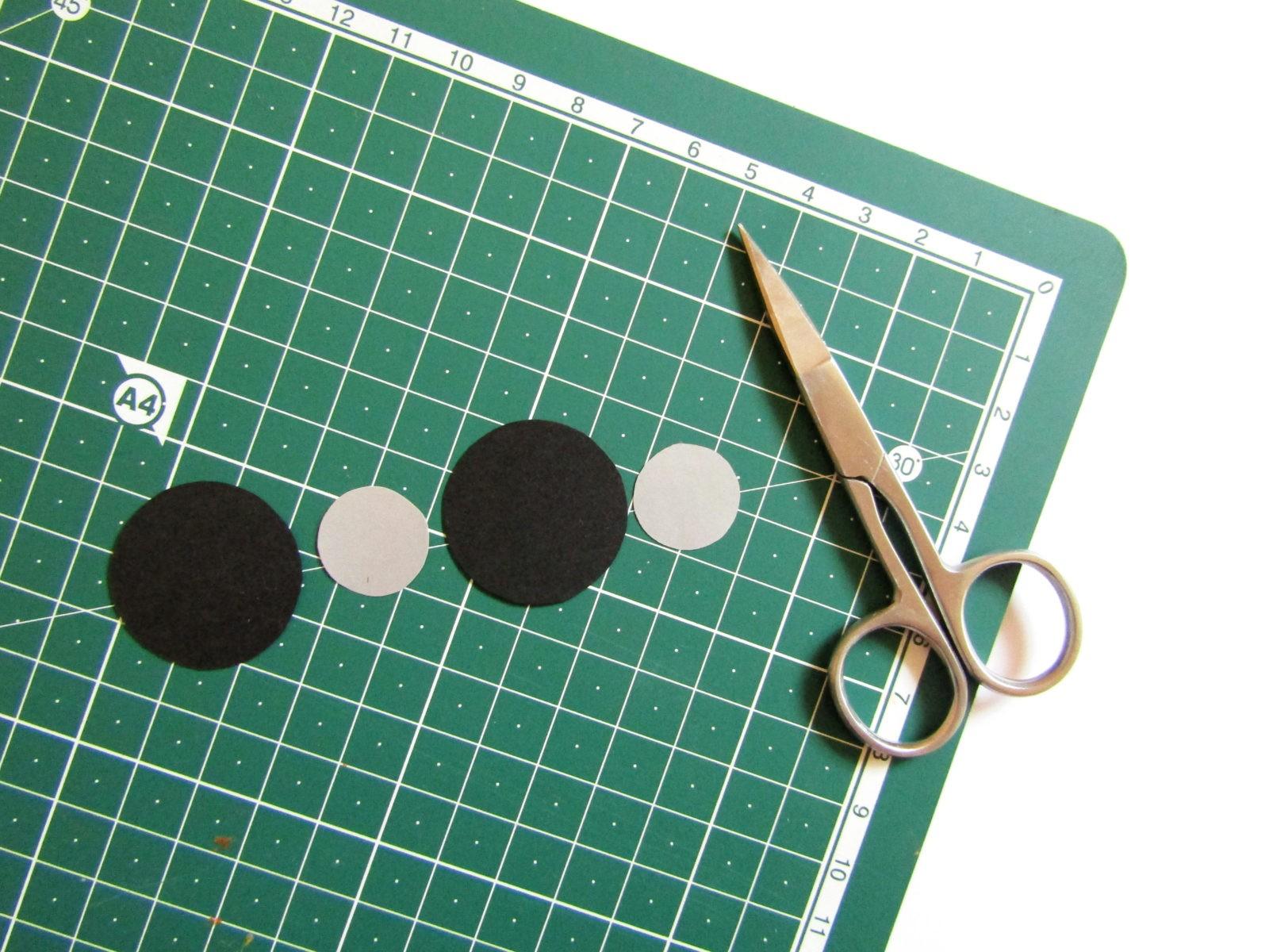 Аппликация машинки из бумажных кружков-7