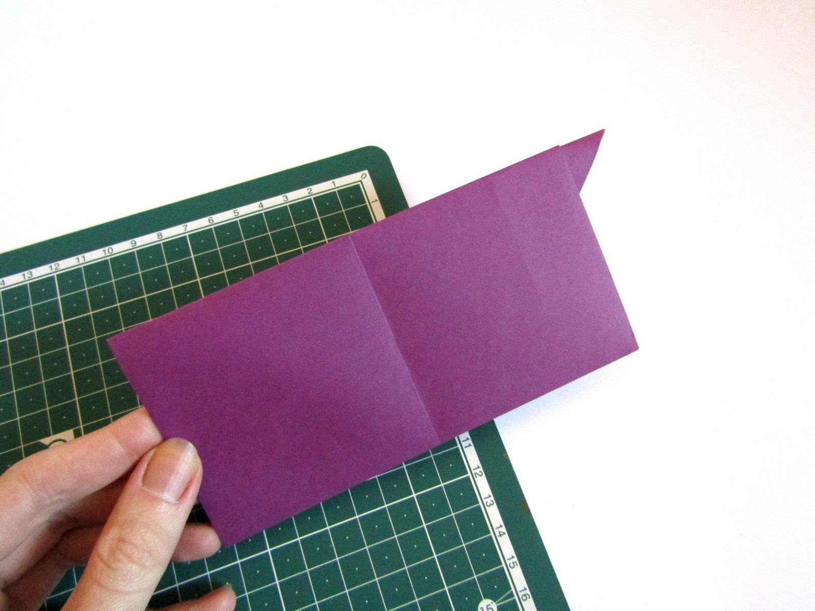Очень легко и просто можно создать объемную поделку без использования клея. Конечно, даже ножницы могут и не понадобиться, если изначально у вас будет готовая заготовка в виде квадрата. Так получим собачку оригами благодаря ловкости рук! - 8