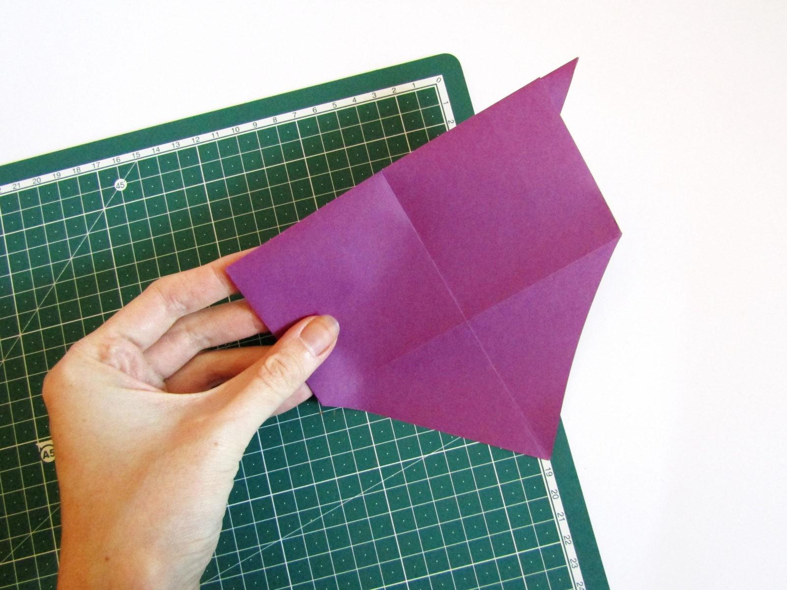 Очень легко и просто можно создать объемную поделку без использования клея. Конечно, даже ножницы могут и не понадобиться, если изначально у вас будет готовая заготовка в виде квадрата. Так получим собачку оригами благодаря ловкости рук! - 9