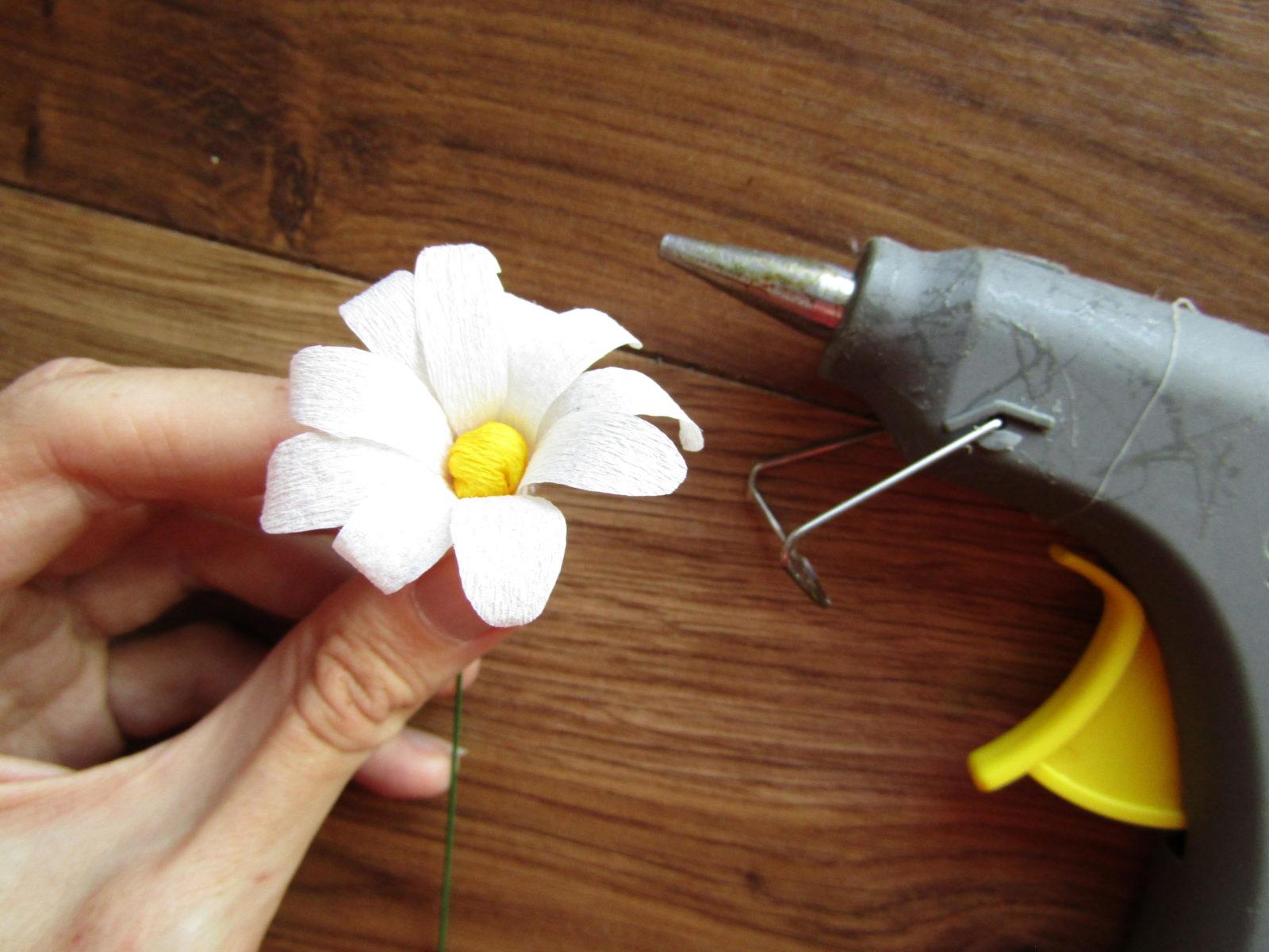 Как сделать ромашку из гофрированной бумаги-8
