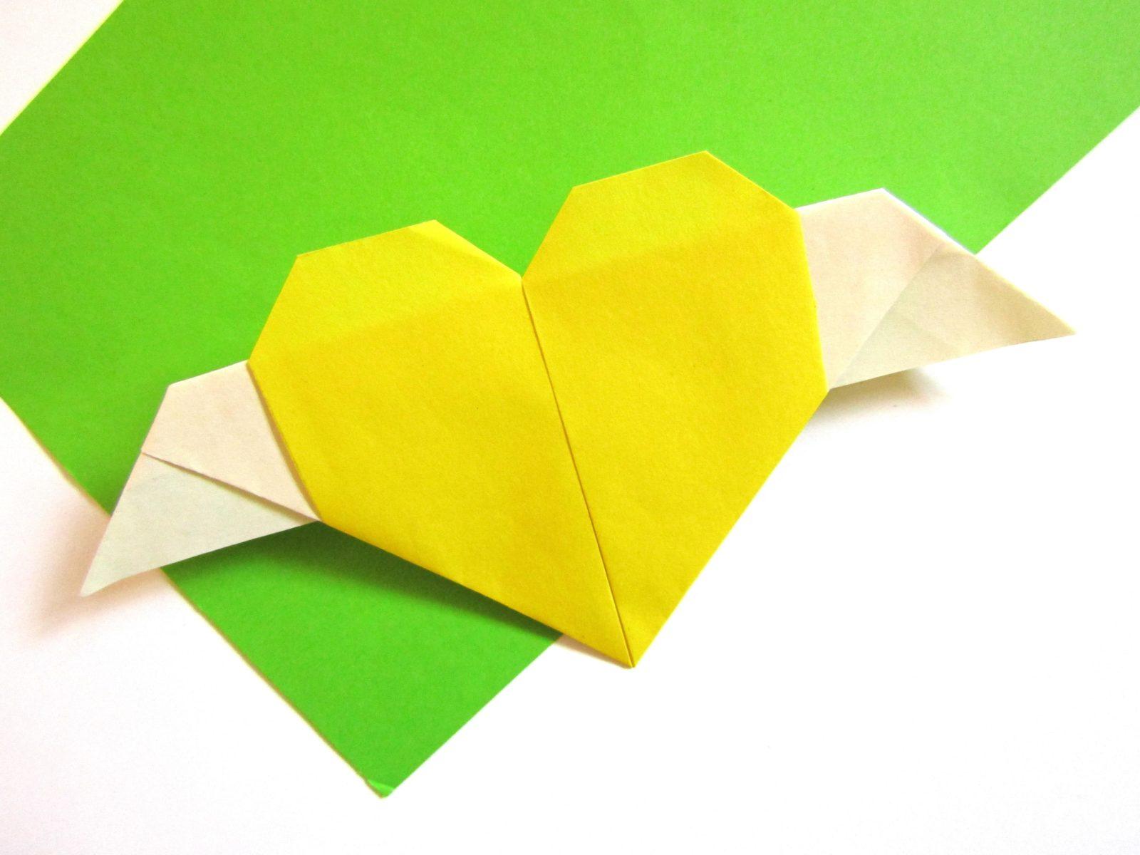 Оригами сердце с крыльями из бумаги